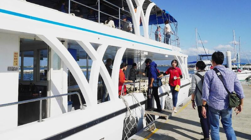 Yacht mewah yang membawa turis berkeliling laguna berukuran cukup besar dengan 2 tingkat. Sekali berlayar kapal ini bisa mengangkut 70 wisatawan (Kurnia/detikcom)