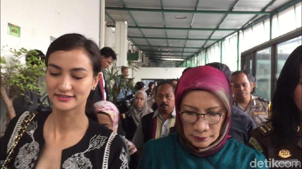 Ratna Sarumpaet Jalani Sidang Lanjutan, Atiqah Hasiholan Setia Menemani