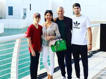 Akhir tahun lalu, pria yang kini melatih klub Real Madrid itu membawa istri dan kedua anaknya berkunjung ke Abu Dhabi. (Foto: Instagram @zidane)