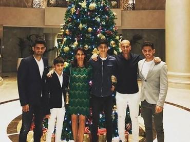 Enggak boleh ketinggalan nih mengabadikan momen Natal bersama. (Foto: Instagram @enzo)