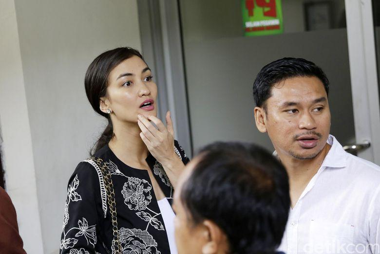 Atiqah Hasiholan saat ditemui di Pengadilan Negeri Jakarta Selatan pada Selasa (12/3).Pool/Palevi S/detikFoto.