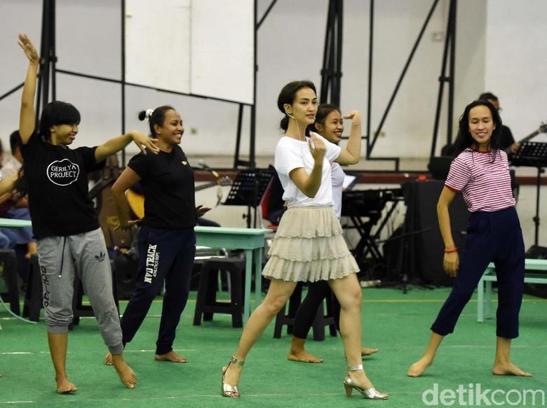 Atiqah Hasiholan Rela Nyanyi Dangdut dan Joget Sensual di Teater