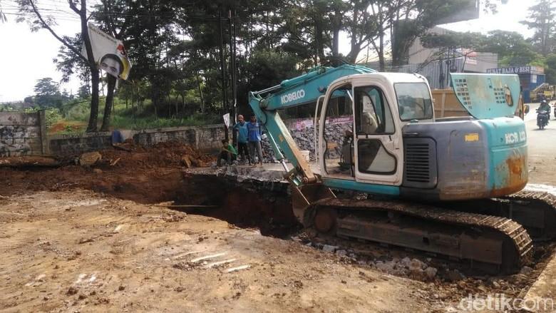 Dinas PUPR: Jalan Amblas di Serpong Akibat Saluran Air Patah