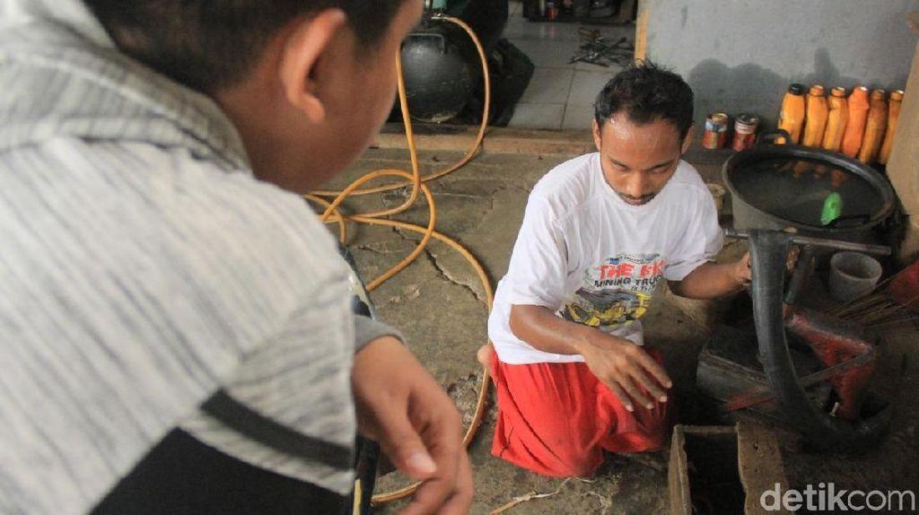 Merasa Mampu Kerja, Montir Difabel di Maros Ogah Diajak Ngemis
