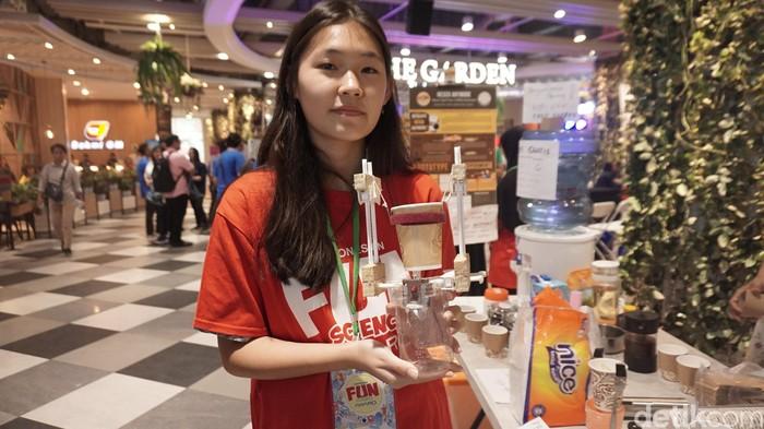 Siswa SMA Narada Jakarta Barat, Cecilia (16) membuat alat anti tumpah untuk kopi. Foto: Widiya Wiyanti/detikHealth