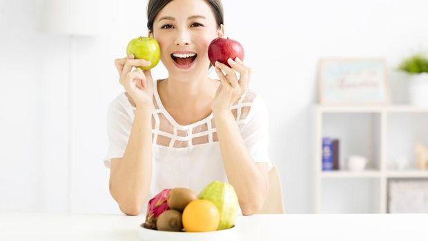 Makan buah.