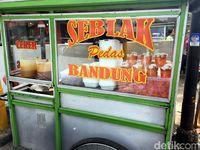 Seblak Pedas Aneka Topping, Jajanan Kekinian Sedap dari Bandung