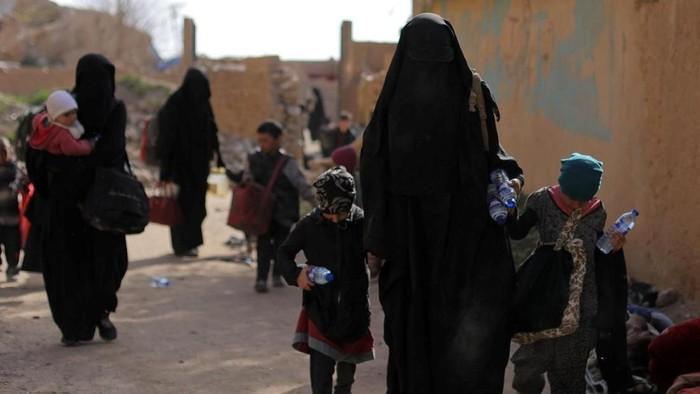 Pasukan Demokratik Suriah dengan dibantu AS menggempur kantong pertahanan terakhir ISIS di Suriah. Para anggota ISIS dan keluarganya pun menyerah.