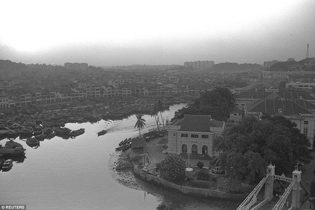 Banyak kapal kecil bersandar di sungai Singapura di kawasan Boat Quay pada September 1965, tahun di mana Singapura merdeka dari Malaysia. Foto: Reuters
