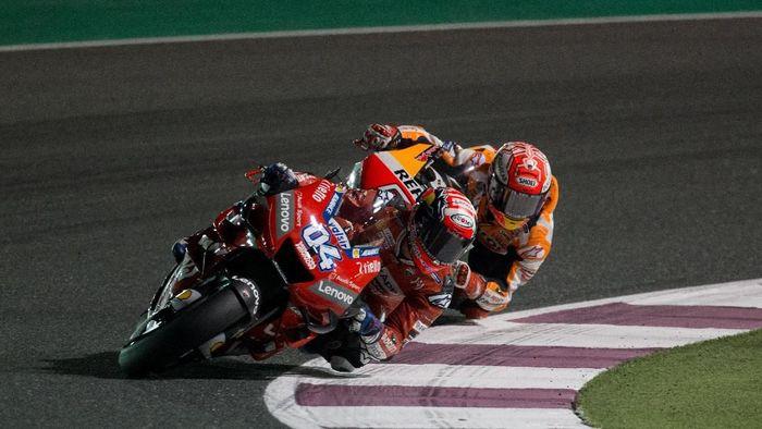 Aksi Andrea Dovizioso bersaing dengan Marc Marquez di MotoGP Qatar akhir pekan lalu. (Foto: Reuters)