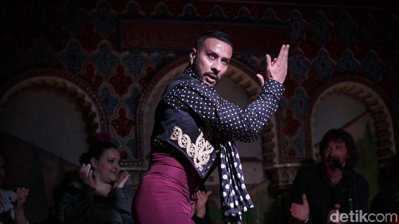 Penari Flamenco mementaskan tarian dengan improvisasi dan gerakan penuh semangat untuk menciptakan pertunjukan yang enerjik serta menarik (M Resha Pratama/detikcom)