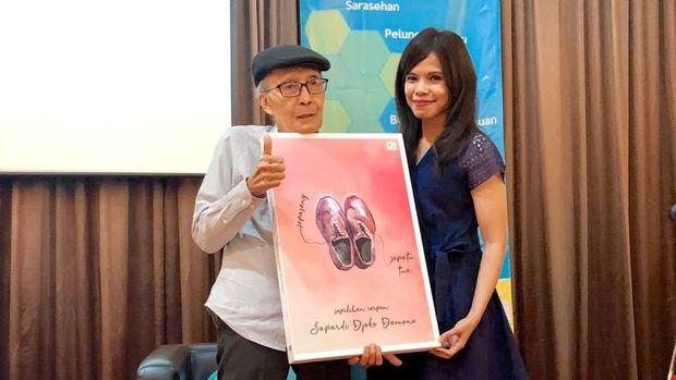 Sapardi Djoko Damono menerbitkan buku kumcer 'Sepasang Sepatu Tua'