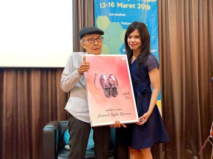 Sapardi Djoko Damono menerbitkan buku kumcer Sepasang Sepatu Tua