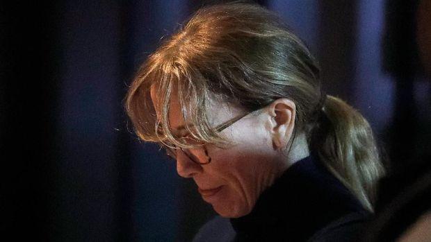 Felicity Huffman saat ditangkap otoritas federal AS terkait skema penipuan dan penyuapan