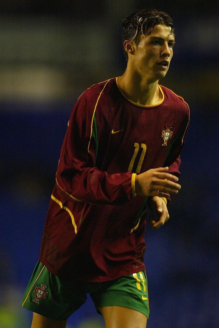 Ini adalah penampilan Ronaldo saat memperkuat Timnas Portugal di ajang piala UEFA U-21 pada 2003, di masa-masa awalbergabung dengan Manchester United. Foto: Getty Images