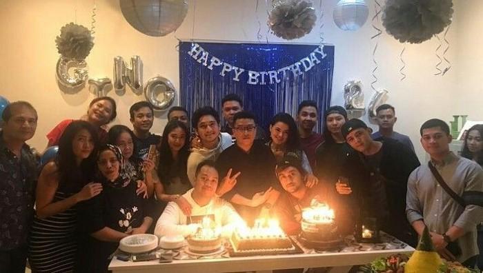 Berulang tahun yang ke-24. Giorgino tampak senang berfoto dengan cake ulang tahun. Seru ya berfoto ramai-ramai. Foto: Instagram@giorgino_abraham