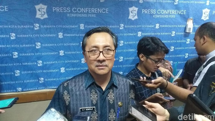 Kepala Dispendukcapil Surabaya Agus Imam Sonhaji  (Foto: Amir Baihaqi)