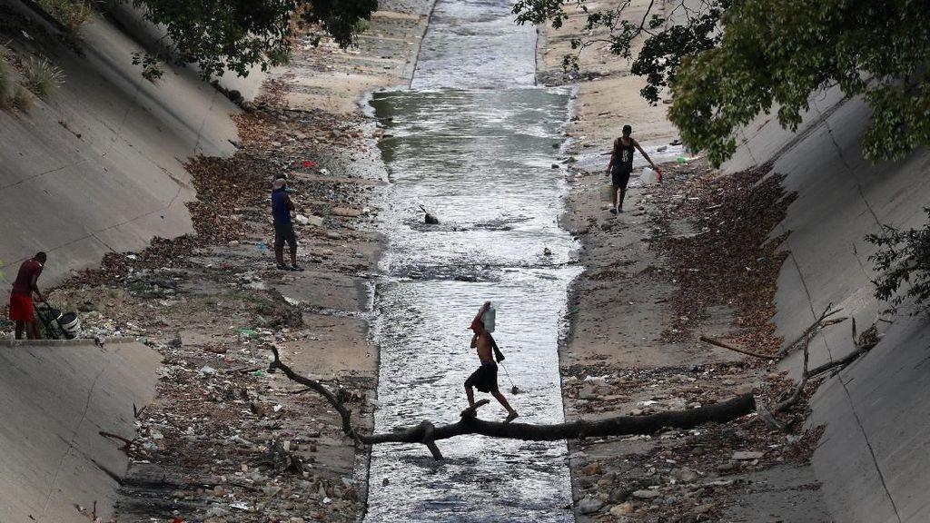 Diterpa Krisis, Warga Venezuela Ramai-ramai Rebutan Air di Sungai