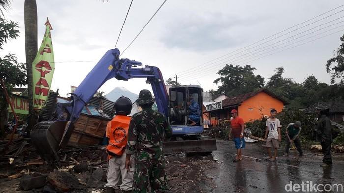 Evakuasi pohon tumbang di Jalan Kaliurang, Sleman. Foto: Ristu Hanafi/detikcom