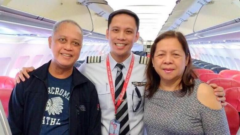 Pilot Genesis Bernardo bersama orangtuanya (Genesis Bernardo/Facebook)