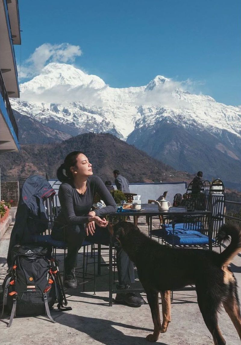 Sophia Latjuba yang tengah santai sambil ditemani anjing setempat (@sophia_latjuba88/Instagram)