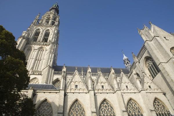Grote Kerk, gereja yang punya tinggi 97 meter merupakan salah satu bangunan bersejarah di Breda (iStock)