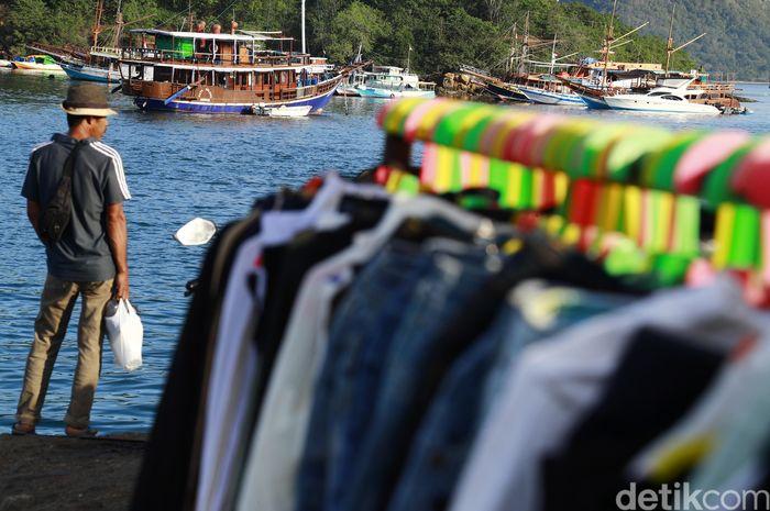 Lokasi pasar masih diseputaran Tempat Pelelangan Ikan lama yang saat ini sudah pindah ke TPI baru, Terlihat kapal-kapal wisata terparkir di dermaga Pantai Labuan Bajo.