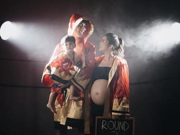 Konsep maternity photoshoot Tian lainnya yang enggak kalah keren: olahraga tinju. Seru! (Foto: Instagram @putrititian)