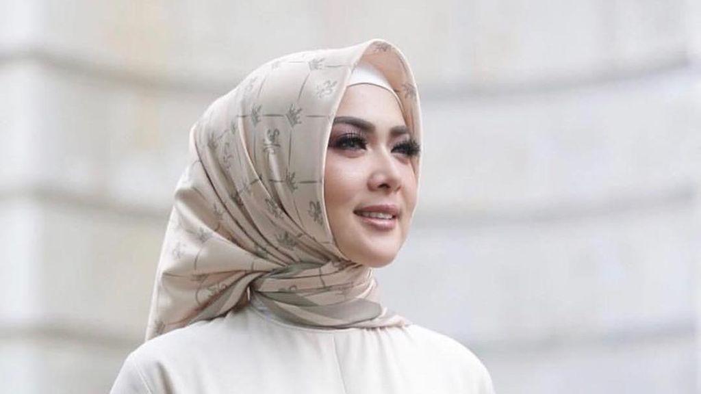 Syahrini dan Luna Maya Sama-Sama Jualan Hijab, Lebih Mahal Mana?