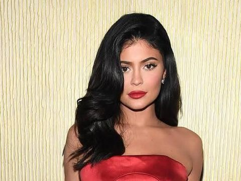 Pakai Lipstik Sampai Luar Bibir, Kendall Jenner Olok-olok Kylie Jenner