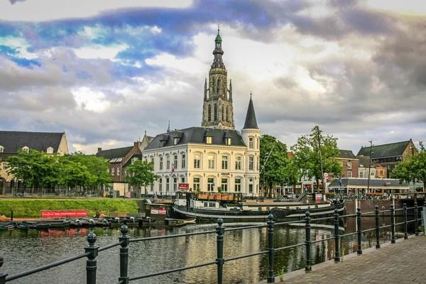 Kastil Breda merupakan salah satu tempat wisata yang wajib dikunjungi. Masih berdiri gagah sejak abad ke-12 (iStock)