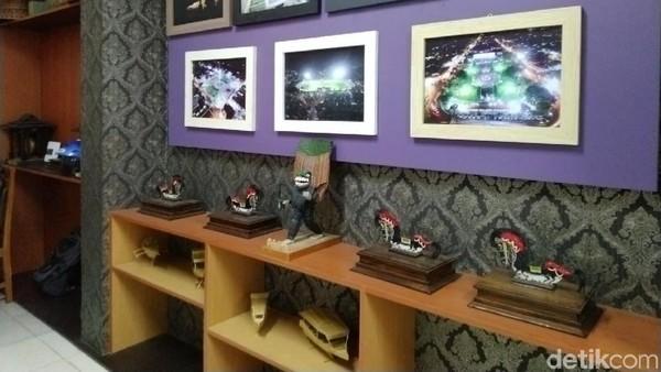 Di dinding dan sudut ruangan tersimpan berbagai koleksi miniatur dan cinderamata khas asli Ciamis. Sedikitnya ada 7 bagian rak yang menyimpan berbagai miniatur. (Dadang Hermansyah/detikcom)