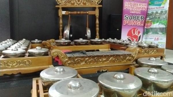 Di bagian tengah ruangan bahkan terdapat satu set gamelan komplet yang bisa dimainkan. Keren! (Dadang Hermansyah/detikcom)