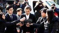 Jung Joon Young saat tiba di kantor polisi Seoul, Korea Selatan pada Kamis (14/3) waktu setempat.Chung Sung-Jun/Getty Images