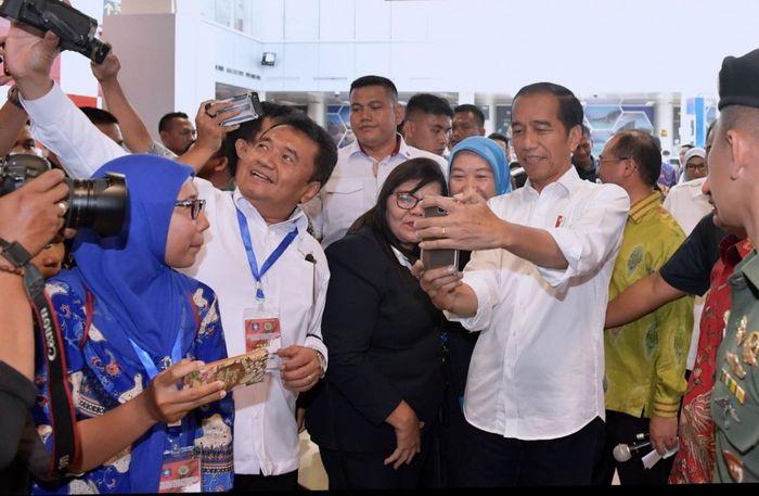 Warga berebut untuk foto selfie dengan Jokowi. Kris/Biro Pers Setpres