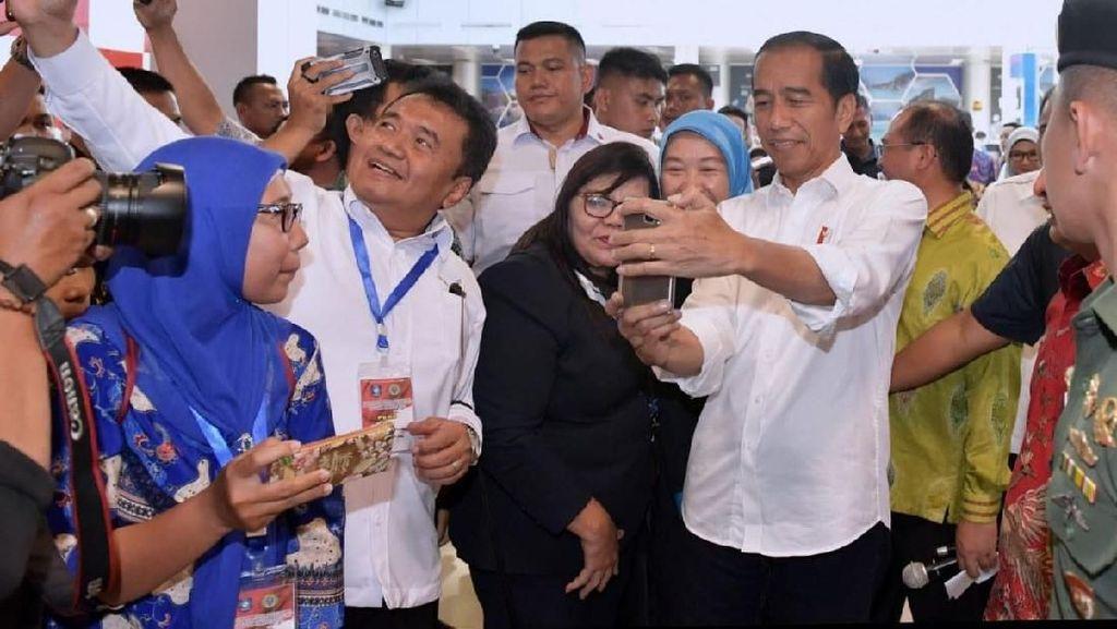 Resmikan Terminal Baru Bandara Depati Amir, Jokowi Diserbu Selfie