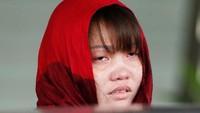 Doan Thi Huong, terdakwa asal Vietnam dalam kasus pembunuhan Kim Jong-Nam, menangis terisak saat jaksa penuntut Malaysia menolak pencabutan dakwaan terhadapnya. Foto: REUTERS/Lai Seng Sin