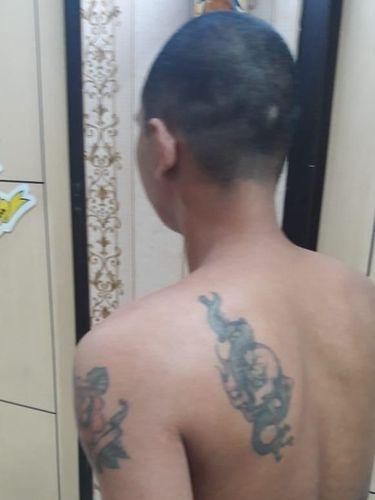 Pria ini memiliki tato di tubuhnya.