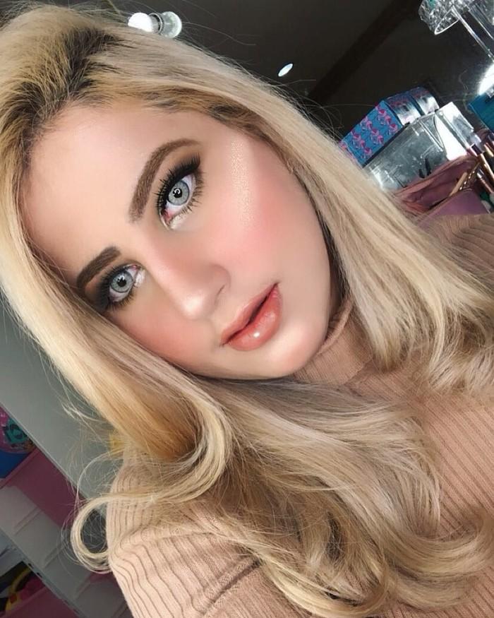 Sama seperti Tasya, Tasyi juga jago memakai riasan wajah. Kalau sudah begini, wajahnya jadi seperti Barbie ya? Foto: Instagram tasyiiathasyia