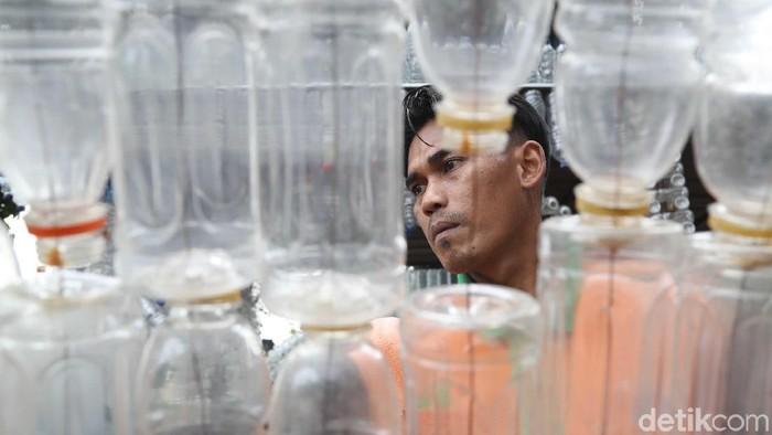 Mengisi botol air mineral bekas bisa dianggap menyelamatkan lingkungan. (Foto: Pradita Utama)