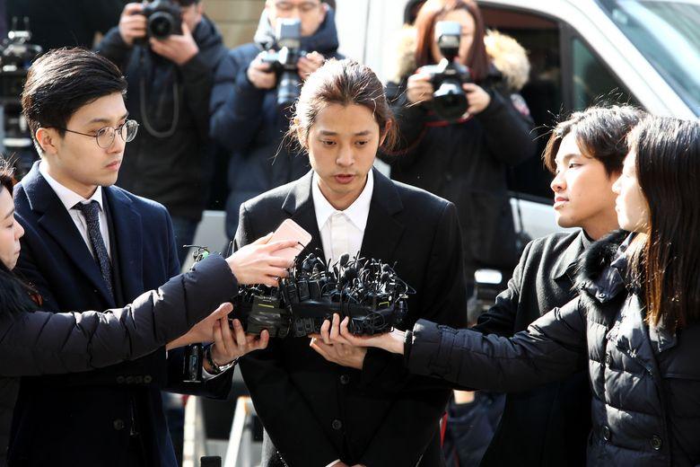 Ia pun memilih mundur dari dunia entertain dan menjalani pemeriksaan oleh pihak kepolisian.Chung Sung-Jun/Getty Images