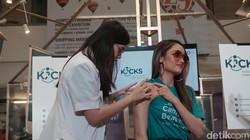 Siapa bilang vaksinasi itu nyeremin? Buktinya, Cinta Laura berani tuh vaksin HPV. Untuk mencegah dirinya terkena kanker serviks, apa saja ia berani lakukan.