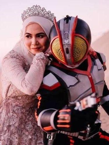 Pasangan asal Malaysia foto prewedding unik dengan kostum kamen rider