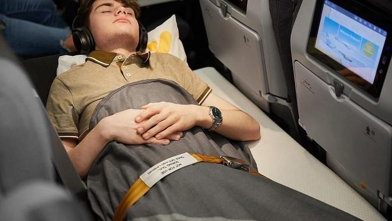 Bangku sleeper seat di kelas ekonomi maskapai Thomas Cook (Thomas Cook Airlines)