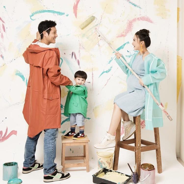 Kompaknya Ayah Junior, Bunda Tian, dan Iori pose bareng untuk maternity photoshoot. (Foto: Instagram @putrititian)