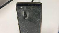 Anak panah menembus ponsel sang pria.