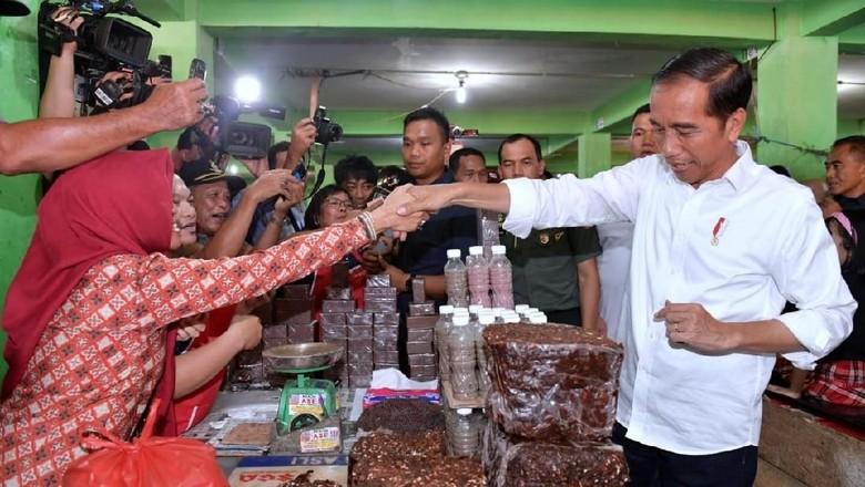 Jokowi Blusukan ke Pasar Pangkalpinang, Beli Terasi hingga Kangkung