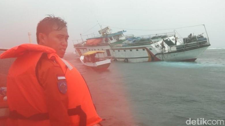 Kapal Manusela Tabrak Karang di Perairan Wakatobi