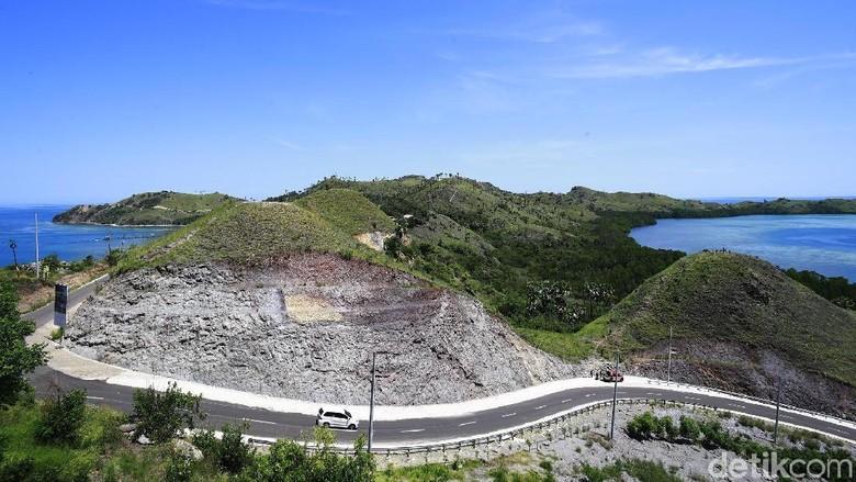 Perbukitan di Labuan Baju memang cantik dengan lanskap yang khas. Salah satunya adalah Bukit Cinta, spot yang benar-benar romantis.