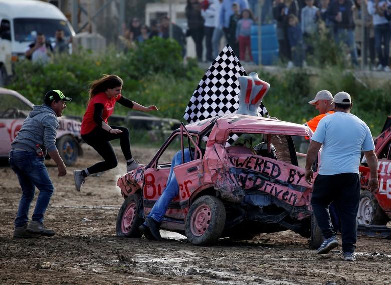 Lomba Khusus Wanita Hancurkan Mobil. Foto: REUTERS/Darrin Zammit Lupi.